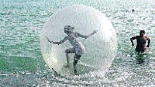 El water ball permite caminar por la superficie del mar. (Rafael Díaz/ EFE)