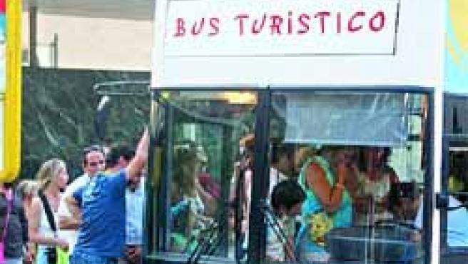 Turistas subiendo este pasado fin de semana al autobús turístico.