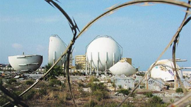 Depósitos de gas ubicados junto a la urbanización Sacaba Beach. (Francis Silva)