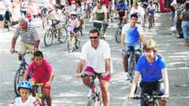 Decenas de personas de todas las edades participaron ayer en la carrera ciclista popular .(S.G.)