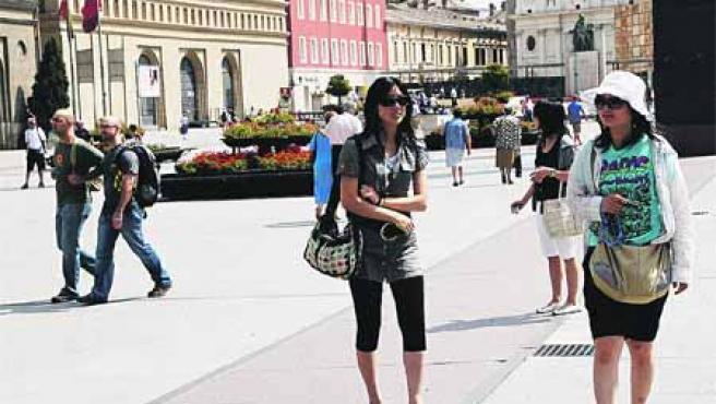 Un grupo de turistas orientales disfrutaban ayer del buen tiempo en su vista a la plaza del Pilar.(S. G.)