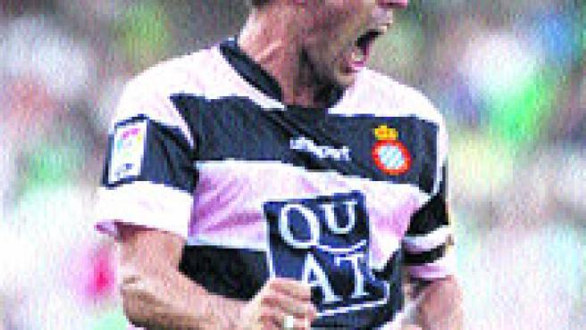 Luis García celebra uno de sus dos goles.(EFE)