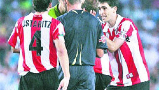 Los jugadores del Athletic protestan ayer la decisión del árbitro de dar validez al gol de Touré.(Albert Olivé /EFE)