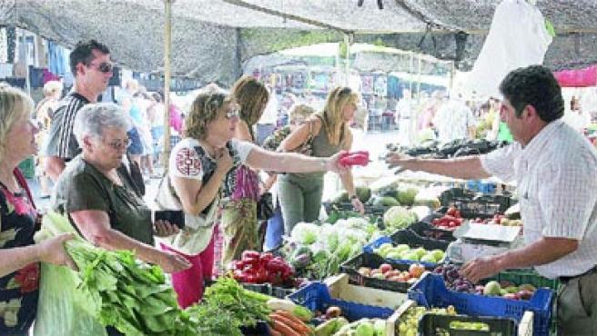Los Corazones acoge cada viernes este mercadillo, que se instala en la calle Corregidor Pedro Zapata.(Martín Mesa)