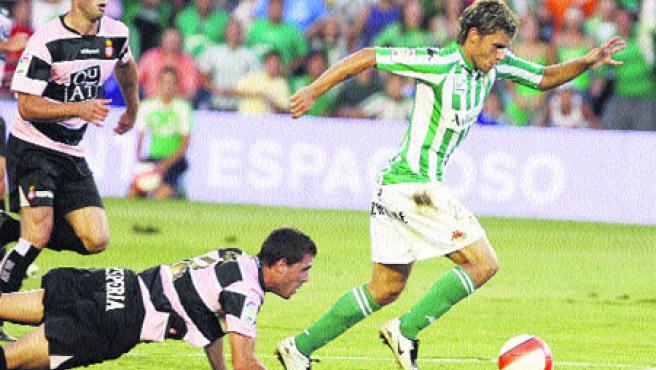 El delantero del Betis Rafael Sobis dejando atrás a los jugadores del Espanyol Chica y Marc Torrejón. (Abad / EFE)