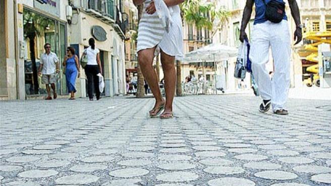 Los socavones y la irregularidad del suelo hacen molesto el paso con tacones y hasta carritos de bebé. (M. Mesa)