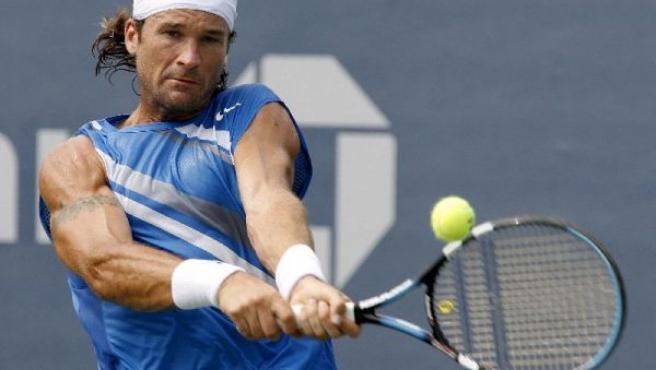 Carlos Moyà durante un partido en el Open USA.