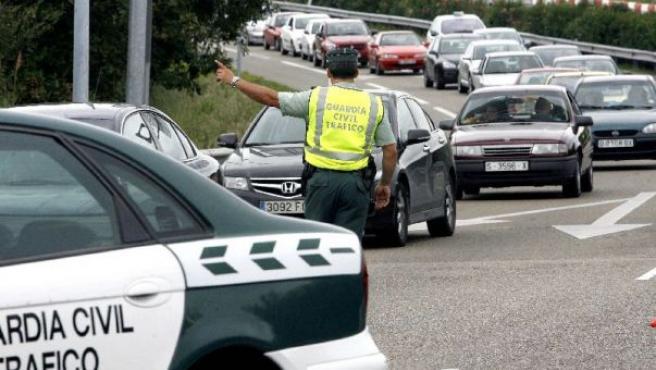 La policía municipal de Torrelavega desvía los vehículos una vez cortado el acceso a la autovía Santander-Palencia (A-67).