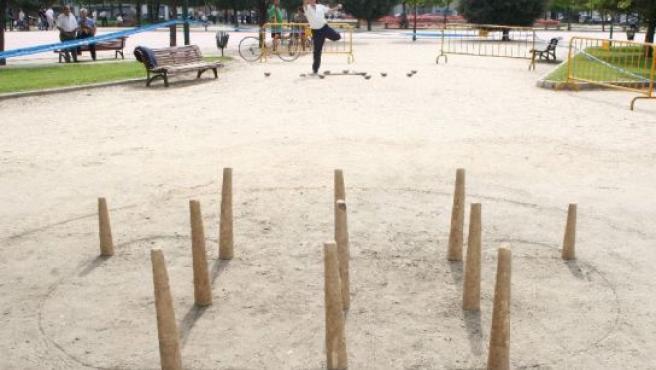 Un hombre juega en el parque de la Paz