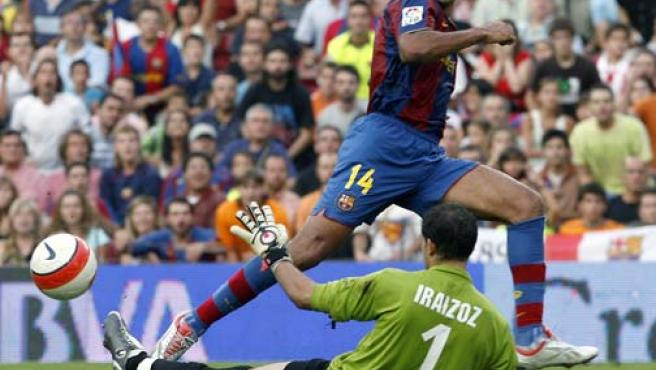 El delantero francés del F.C. Barcelona Thierry Henry intenta superar al portero de Athletic de Bilbao, Gorka Iraizoz (Efe).