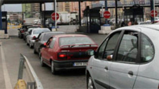 Coches esperando pasar la aduana en el puerto del Algeciras. A.Carrasco/EFE.