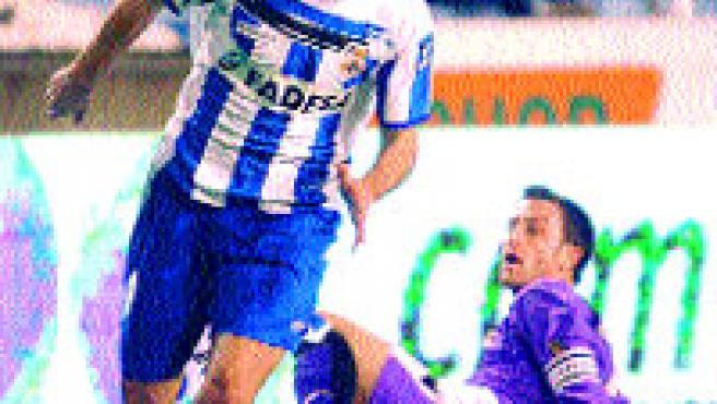 Barragán se escapa de un jugador del Valladolid.(EFE)