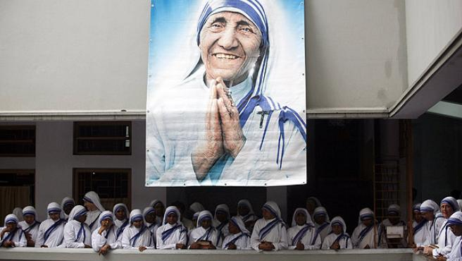 Religiosas de la orden fundada por la madre Teresa le rinden un homenaje en el aniversario de su muerte (REUTERS/Jayanta Shaw)