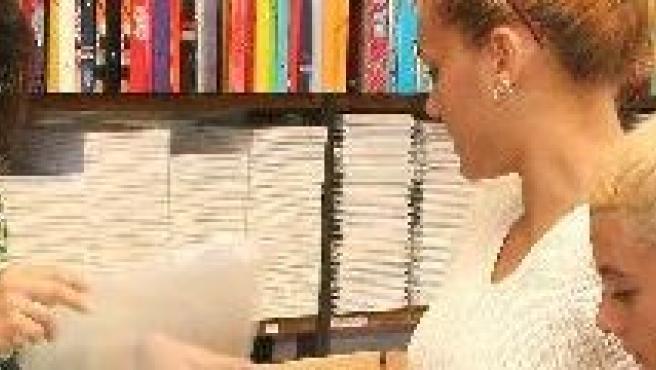 Una madre compra libros a su hijo