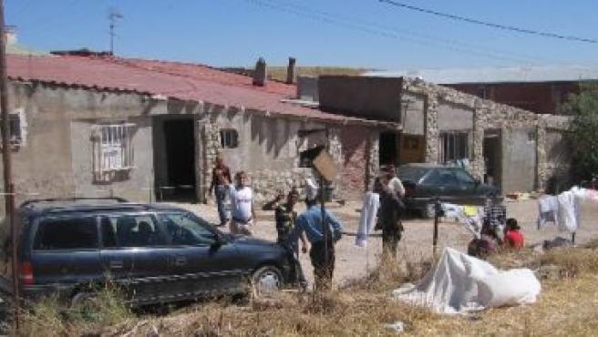 Algunos rumanos del asentamiento de Simancas, ayer, a la puerta de las viviendas en que conviven.