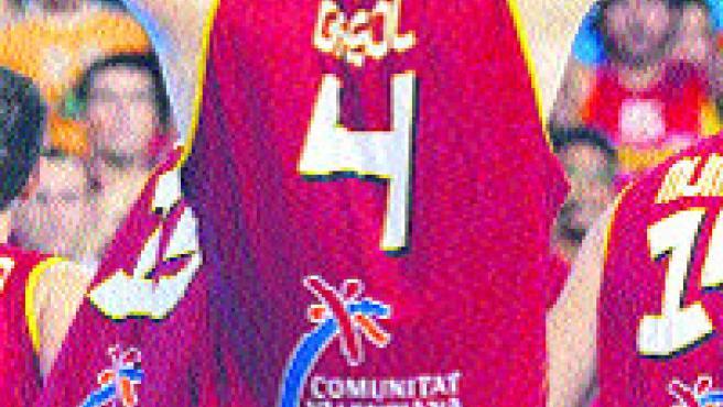 Pau Gasol se lamenta de la derrota al finalizar el partido.(Abad / EFE)