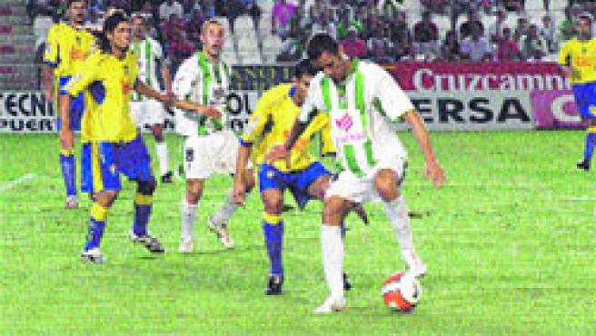 Arturo, autor del gol del empate, cubre el balón ante un defensor. (Sofía Moreno)