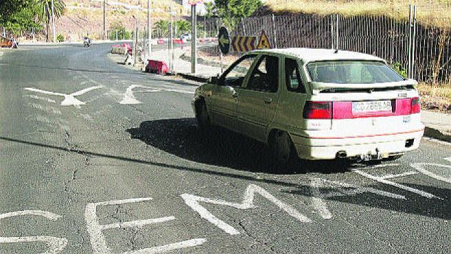 El semáforo y el paso de cebra es una vieja petición vecinal. (R. S.)
