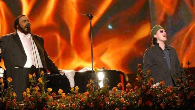 Luciano Pavarotti, en una actuación junto a Bono, cantante de U2.