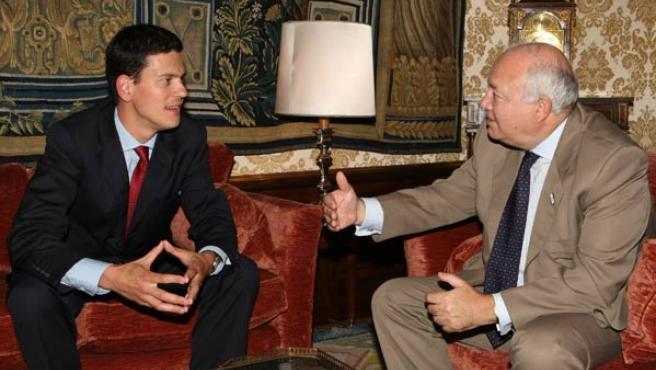 Miguel Ángel Moratinos y David Miliband, durante la reunión. (EFE)