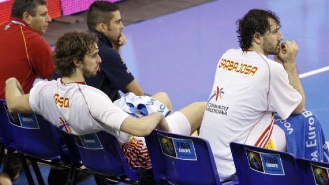 Juan Carlos Navarro descansa al lado de Garbajosa (derecha) y Gasol (detrás) durante el entrenamiento. (Efe)