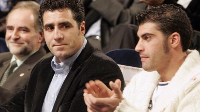 Pereiro, junto a Miguel Induraín durante una presentación. (Efe)