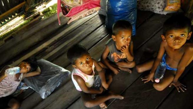 Un grupo de niños indígenas permanece en su vivienda en la comunidad de Dakura, una de las zonas afectadas.