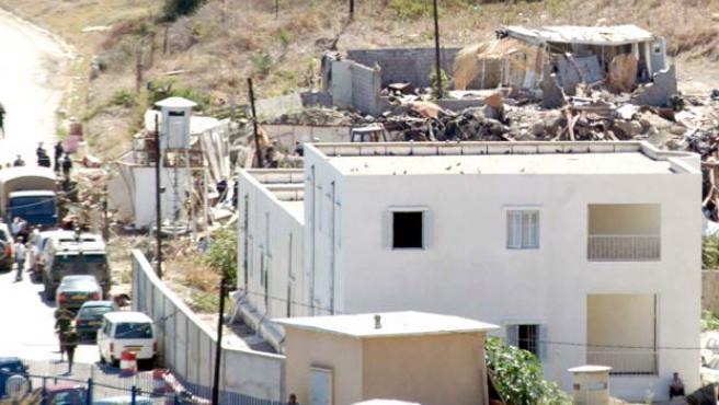 Policías y soldados argelinos inspeccionan los escombros del cuartel del Ejército argelino de la población portuaria de Dellys.