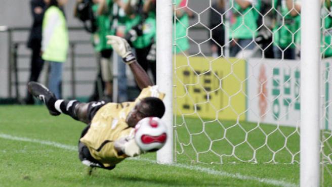 El portero de la selección de Nigeria, Oladele Ajiboye, en acción durante el partido que les enfrentó a España en el Mundial Sub-17. (JEON HEON-KYUN / EFE)