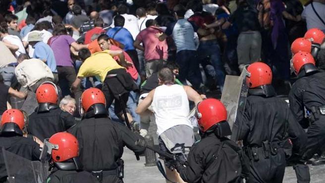 Agentes antidisturbios de la Ertzaintza cargan durante la manifestación.