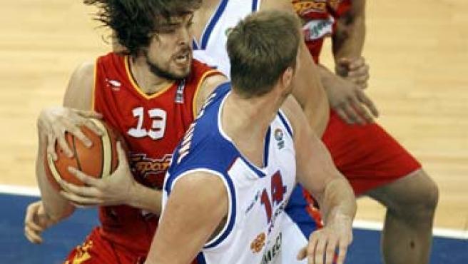 El pívot español Marc Gasol controla la pelota ante Rusia, en partido correspondiente al Grupo E (Efe)