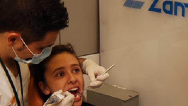 Las visitas al dentista pueden ser gratis para los niños españoles a partir de 2008 (Archivo)