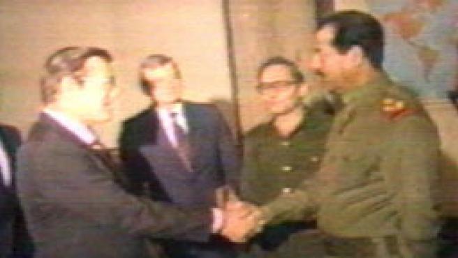 Sadam y Rumsfeld se estrechan la mano 20 años antes de que el estadounidense jugase un papel clave en la invasión de Irak.