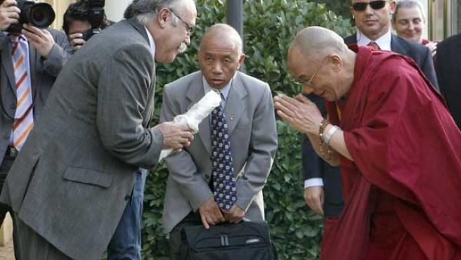 El XIV Dalai Lama, Tenzin Gyatso, saluda al vicepresidente de la Generalitat de Catalunya, Josep Lluís Carod Rovira.