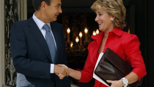 Zapatero recibe a Aguirre en la puerta de La Moncloa