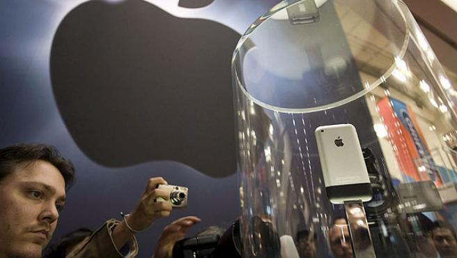 Varios asistentes fotografían un iPhone durante su presentación el pasado mes de enero.