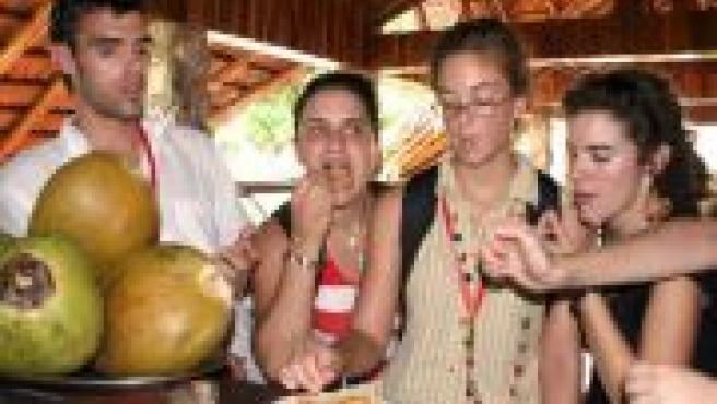Un grupo de estudiantes saborea la carne de cocodrilo en Cuba (Sheila Juan / EFE).