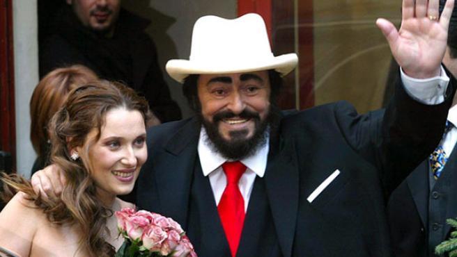 Pavarotti y su mujer, Nicoletta Mantovani, el día de su boda.