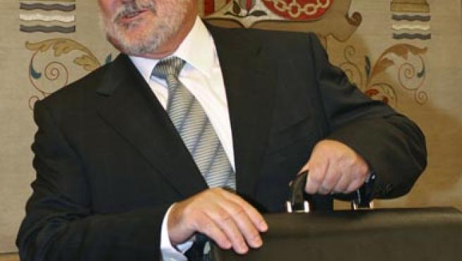El ministro de Sanidad y Consumo, Bernat Soria, momentos antes de comenzar su comparecencia en la Comisión de Sanidad del Congreso.