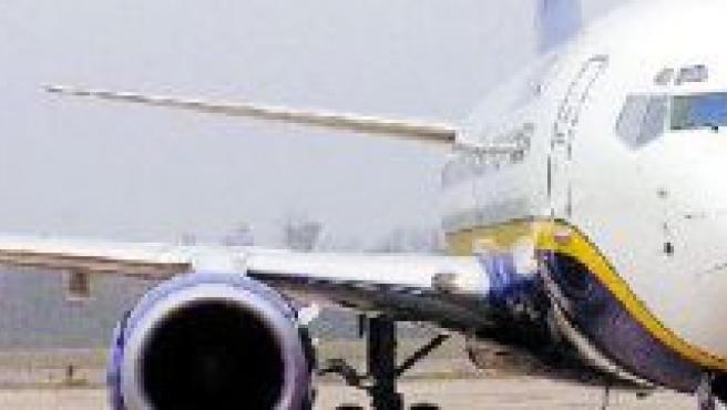 Un avión espera en el aeropuerto (archivo).