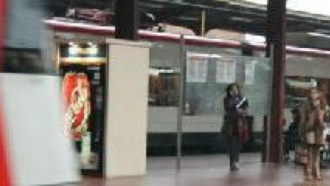 Un tren de Cercanías entra en la estación de Chamartín.