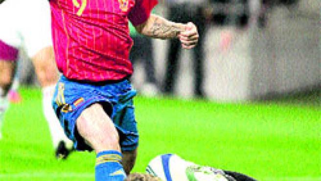 Torres falla una ocasión ante el portero letón, ayer, en el Tartiere de Oviedo. (Reuters)
