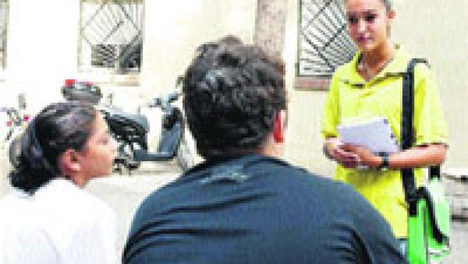 Una de las agentes cívicas que hacen una labor pedagógica en las calles de Badalona, ayer (Hugo Fernández).