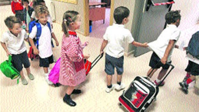 Niños de un centro infantil, ayer, en su primer día de colegio. (Fernando Alvarado / EFE)