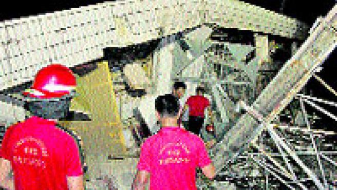 Unos trabajadores buscan víctimas tras el terremoto. (Sikumbang / EFE)