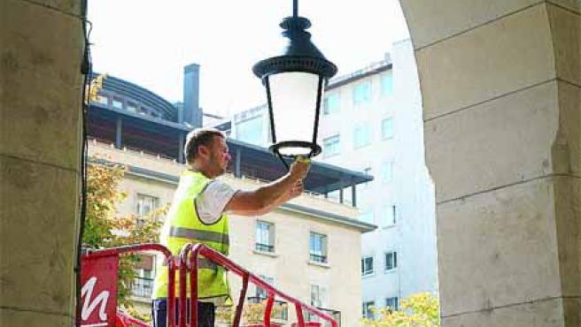Diversos operarios del Ayuntamiento ya llevan varios días limpiando las farolas.(F.S.)