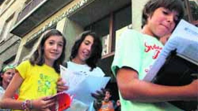 Un grupo de alumnos del instituto Corona de Aragón, ayer, a la salida de su primer día de clase.(Fabián Simón)