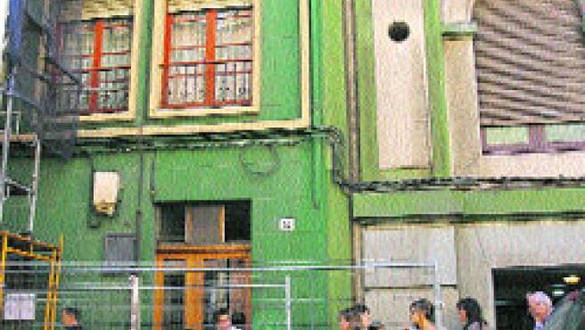 Hay montado un andamio en el edificio de al lado de la entrada por la calle Ezcurdia. (Mercedes Menéndez)
