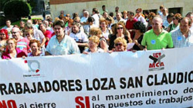 Los trabajadores de la fábrica de loza de San Claudio se concentraron ayer ante el juzgado de Llamaquique.