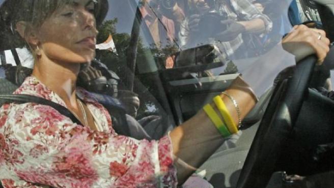Kate McCann conduce su coche acompañada del peluche de su hija Madeleine (REUTERS).